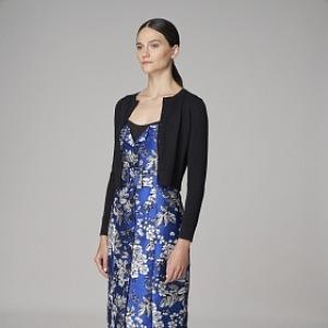 Žena v modrých květovaných šatech