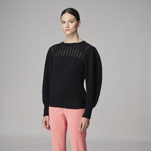 Žena v černém kašmírovém svetru