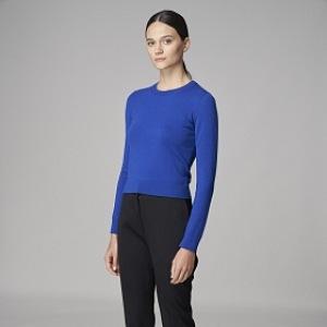Žena v modrém tričku s dlouhým rukávem