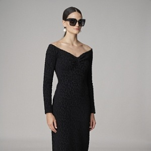 Žena v černých šatech