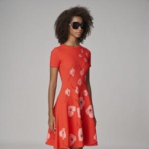Korálové šaty Carolina Herrera