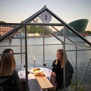 Restaurace, kde se podává jídlo na dřevěném podnosu