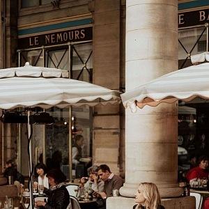 Kávu a víno si v Paříži dopřeje každý