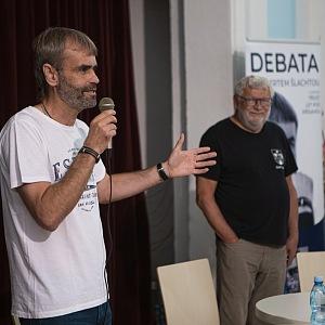 Robert Šlachta na přednášce s novinářem Josefem Klímou.