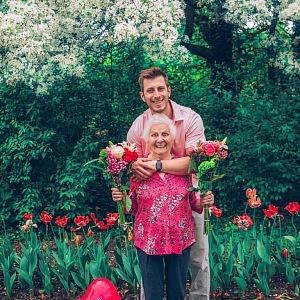 Mezi finalisty je i Ross Smith, který se proslavil videi se svou 92letou babičkou.