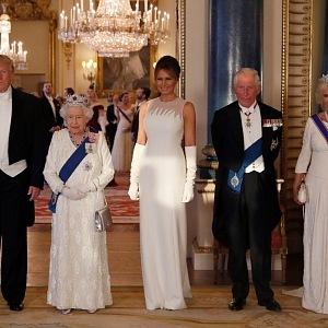 Dámy se zahalily do nevinné bílé.
