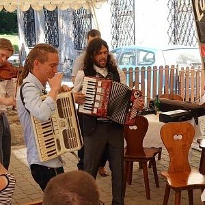 Ivan Bartoš s kolegou Mikuášem Ferjenčíkem hrají na harmoniku.