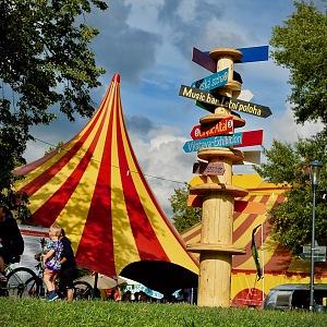 Na Letné vyrostou cirkusové stany.
