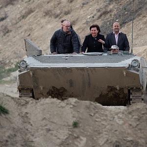 Alena Schillerová vyzkoušela i jízdu v tanku.