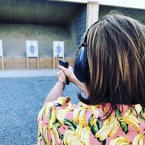 Alena Schillerová se nebojí ani střelby