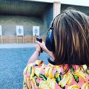 Alena Schillerová si zkusila střelbu.