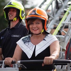 Alena Schillerová s hasiči.