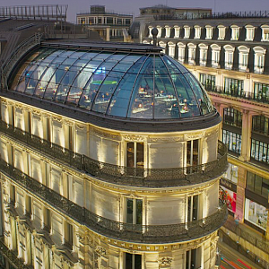 UFO zvané KONG v 5. patře budovy Haussmann, kde se každé okno může pochlubit jiným výhledem.