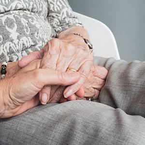 Ruce sedících seniorů