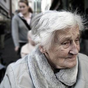 Seniorka na procházce