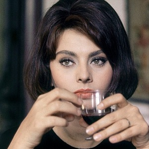Sophia Loren se skleničkou