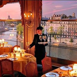 Výhled na řeku Seinu z restaurace Tour D'Argent.