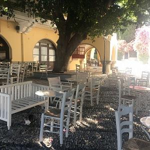 Smutný pohled na prázdné restaurace.