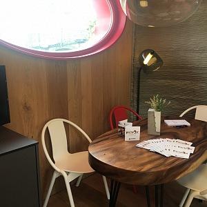 Stůl je z tropického dřeva.