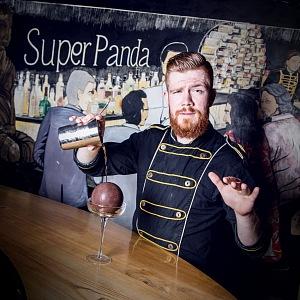 Barman v baru Super Panda Cirkus.