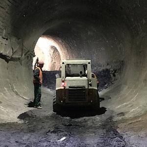 V podzemí pracují se stroji dělníci.