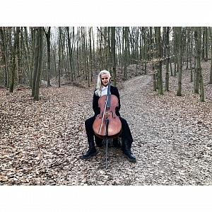 Terezie pózuje s violoncellem v lese
