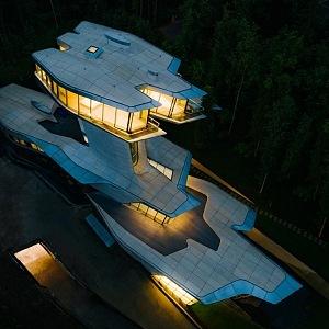 Luxusní budova blízko Moskvy v noci