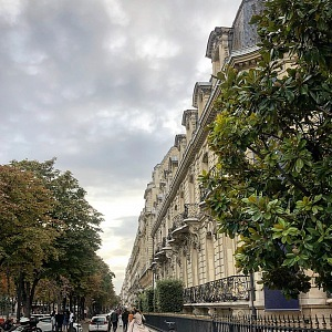 Atmosféra na Avenue Montaigne.