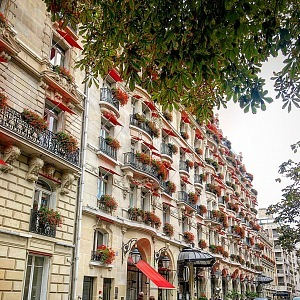 Hotel Plaza Athénée na Avenue Montaigne.