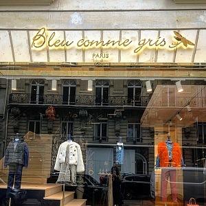 Butik luxusní módy pro maých princů a princezny Bleu comme gris.Nachází se na ulici Francois 1er.