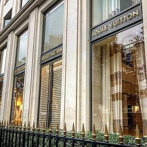 Komorní butik Louis Vuitton na Avenue Montaigne.