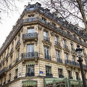 Slavná pekárna Ladurée na Avenue Champs-Élysées.