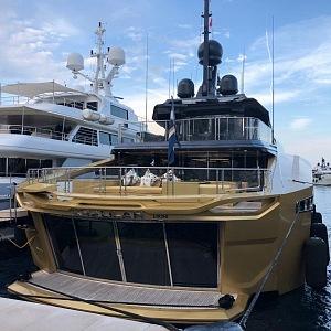 Luxusní plovací stroje v Monackém přístavu.