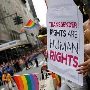 Demonstrace kvůli dvěma transsexuálním teenagerům.