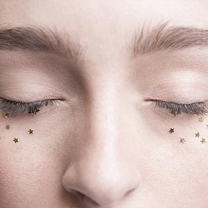 Použití flitrů na jemný make-up