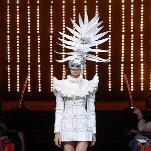 Modely zdobí luxusní krystaly Swarovski