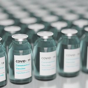 Vakcinace hýbe světem - lahvičky vakcín proti Covid-19
