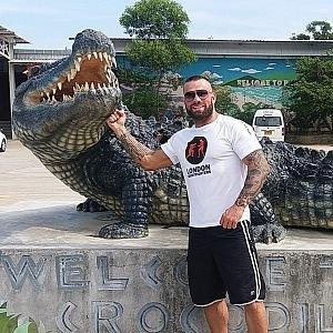 Vémola by rád vlastnil krokodýla, zatím má jen žraloky.