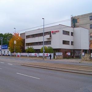 Památkově chráněný vstupní objekt někdejší továrny AGA v Kolbenově ulici v Praze