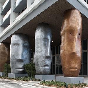 Icon Brickell a pilíře inspirované sochami Moai z Velikonočních ostrovů