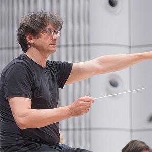 Dirigent Walter Attanasi při vystoupení filharmonie ve Zlíně