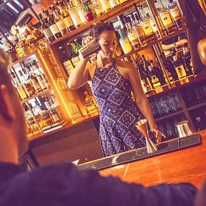 Barman ve Whiskey baru, který neexistuje.