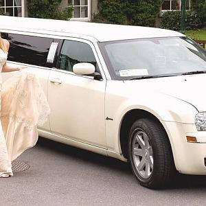 Krásná nevěsta a luxusní limuzína