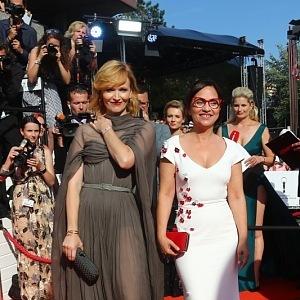 Anna Geislerová - šaty Ivana Mentlová, Alena Mihulová - šaty PONER