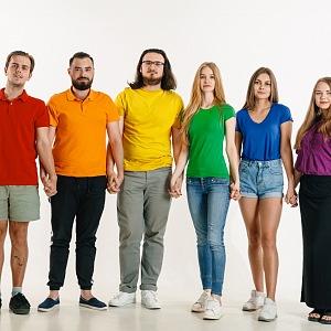 Tolerance. Skupina lidí v duhových trikách.