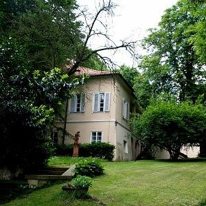 Vila Bertramka, pohled od vjezdu do areálu