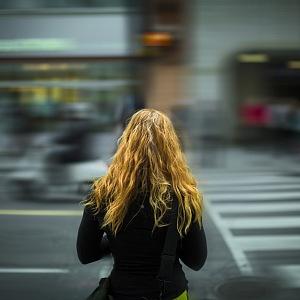Žena na přechodu pro chodce