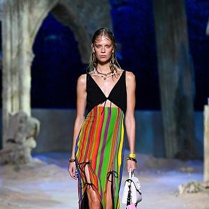 Žena v barevném modelu Versace SS2021
