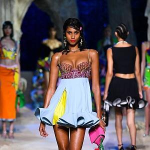 Žena v barevných mini šatech Versace SS2021