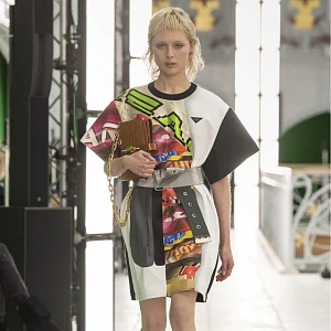 Žena v barevných šatech Louis Vuitton SS2021